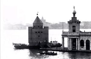 Il Teatr del Mondo attraccato in Punta della Dogana